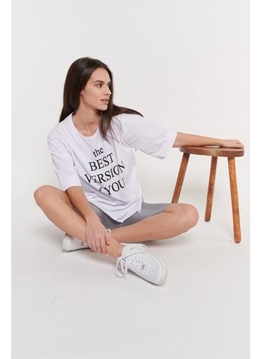 Levure Önü Baskılı Yanları Yırtmaçlı Oversize T-Shirt Beyaz